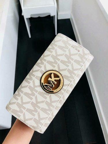 michael-kors-logo-carryall-wallet-vanilla (1)